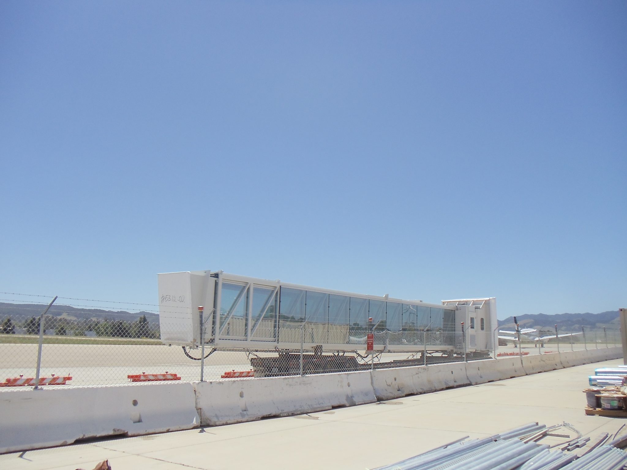 Glass jet bridge